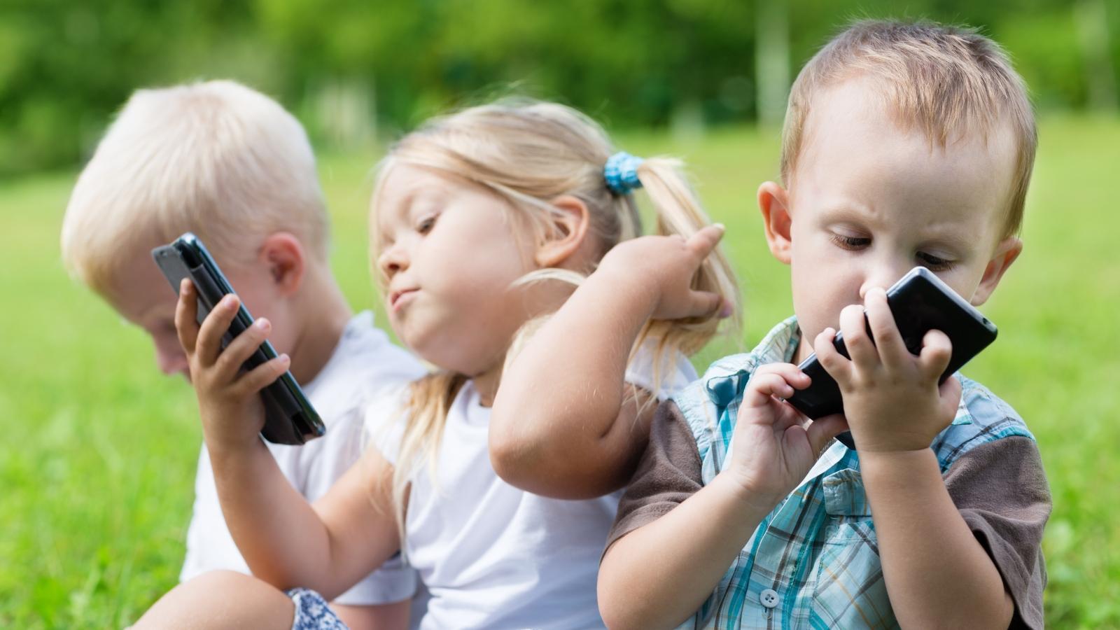 Деца с телефони