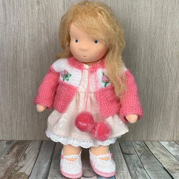 Валдорфска кукла с плетен розов пуловер