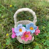 Плетена кошница с цветя за Червената Шапчица